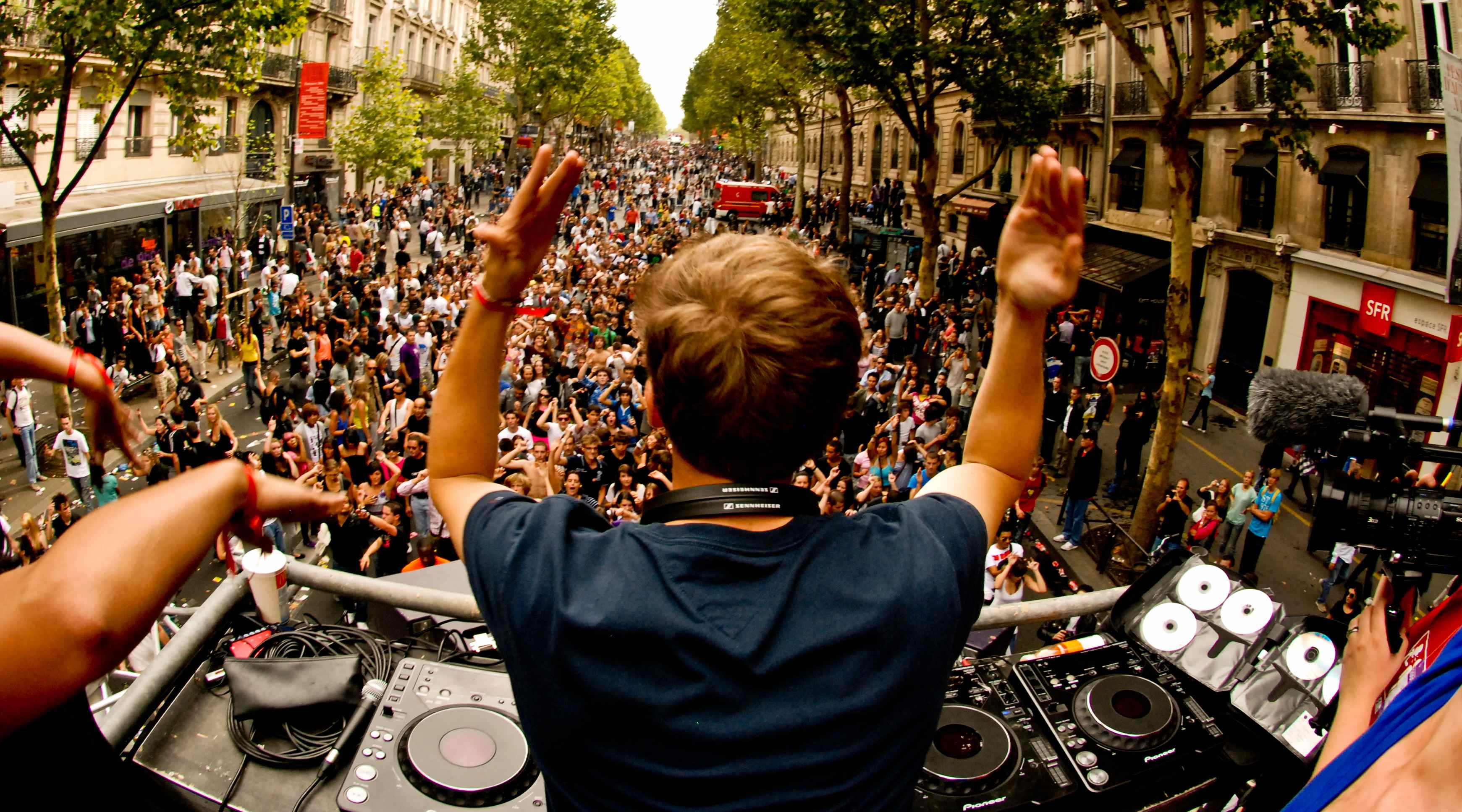 Avicii & Cazzette need to drop over to Europe !